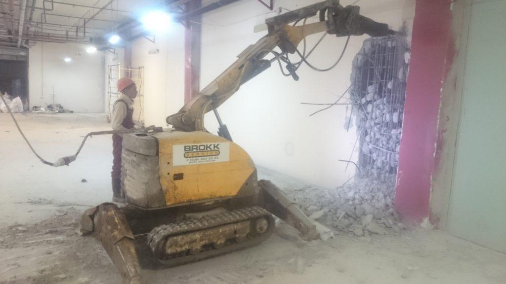 Управление роботом-разрушителем Brokk при проведении демонтажных работ