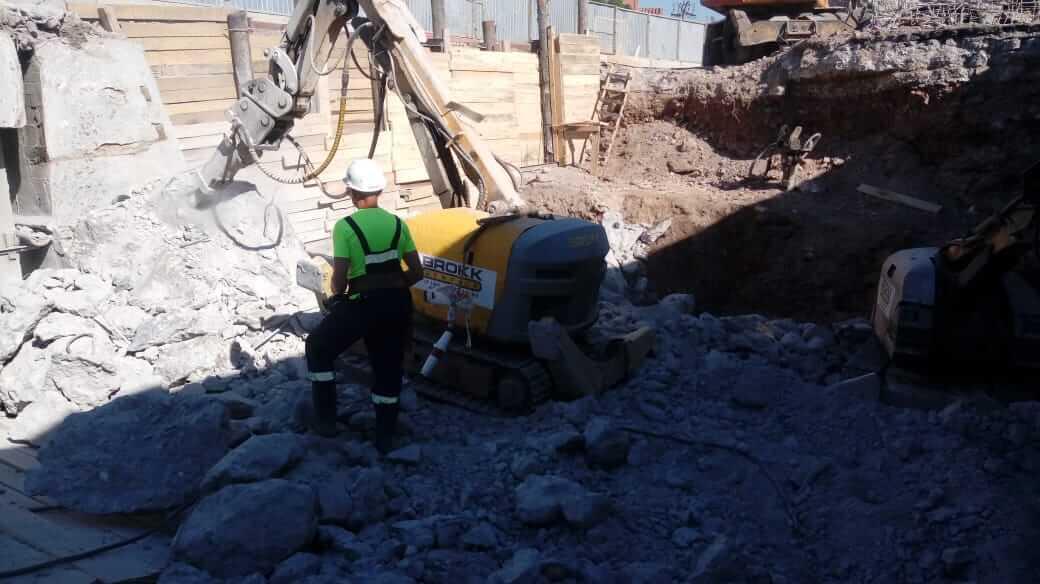 Работа демонтажного робота в стесненных условиях