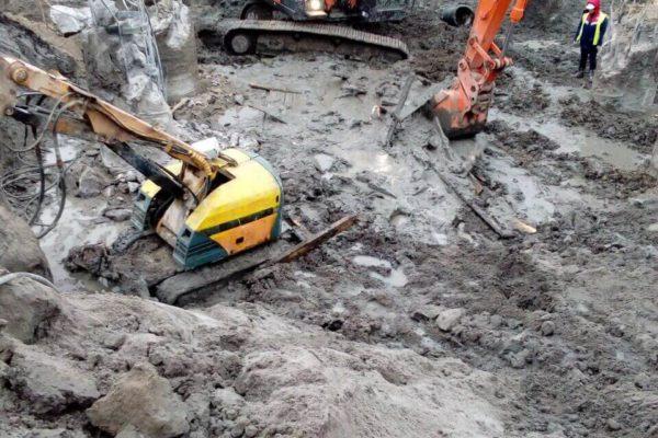 Робот Brokk демонтирует бетонные сваи