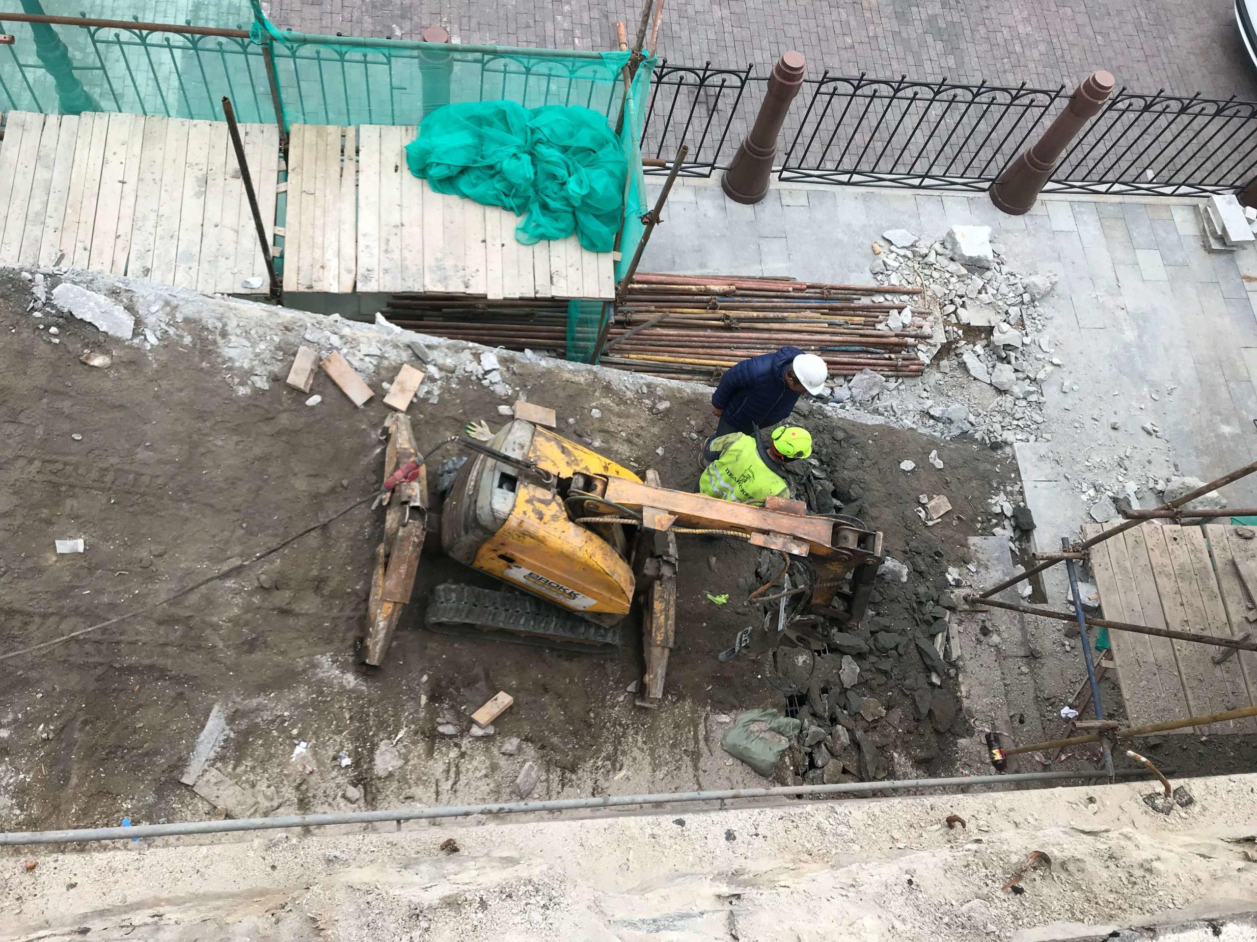 Демонтаж бетонной лестницы роботом Brokk
