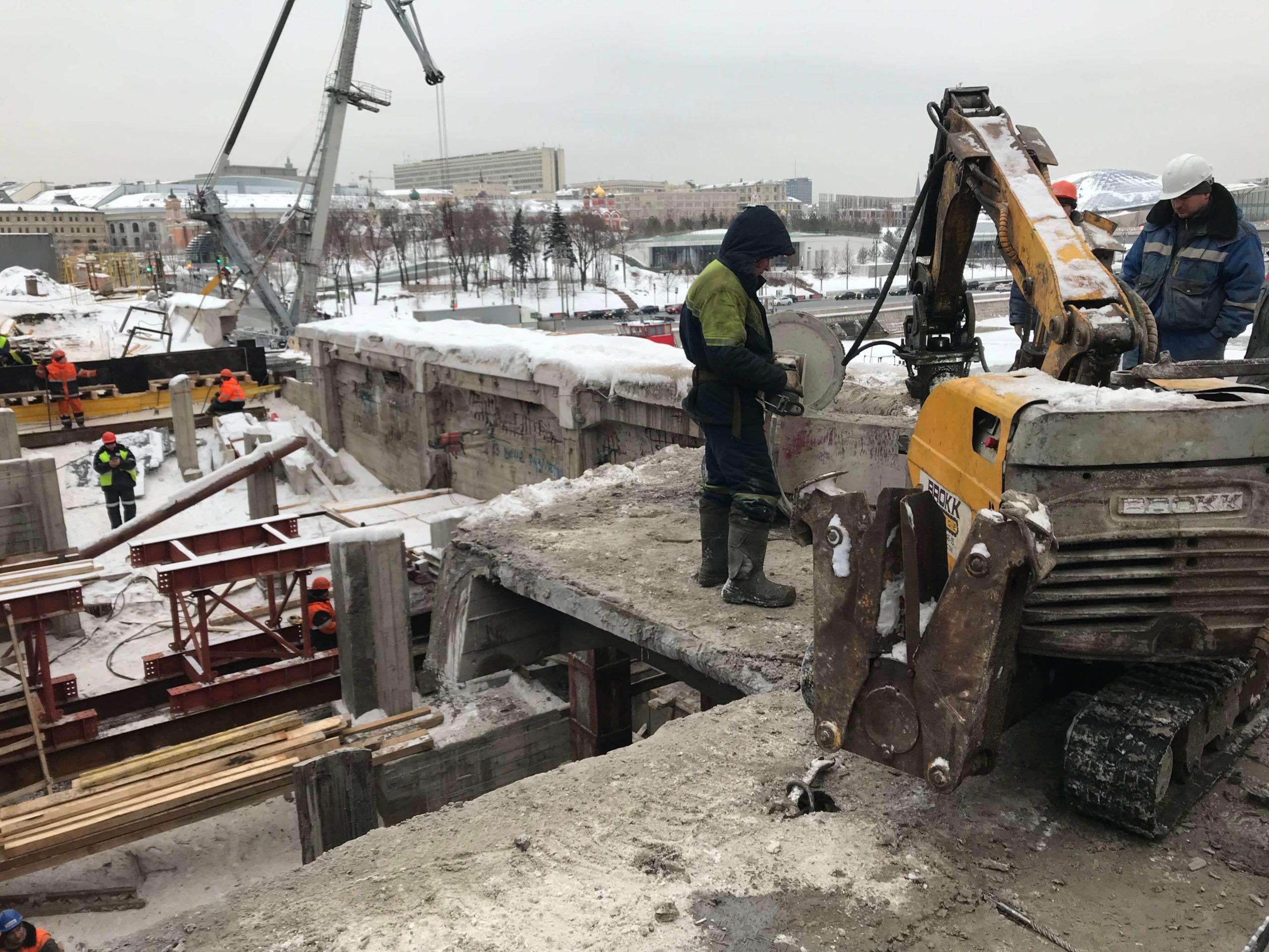Демонтаж мостового сооружения роботом разрушителем