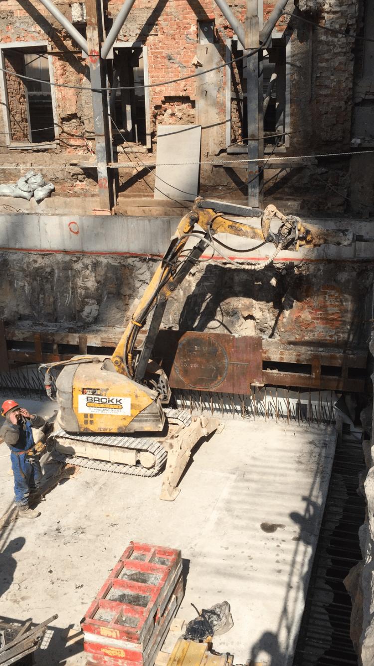 Демонтаж монолитной стены в грунте роботом Brokk